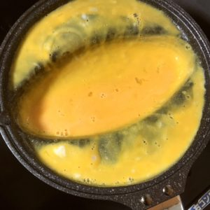 卵液を流し込む|77.晩ごはんレシピ:【20分】豚平焼き、大根と筍のさっと煮