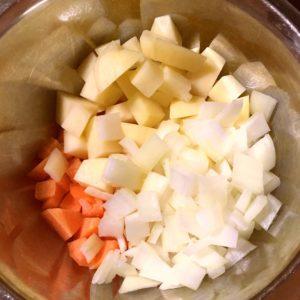 野菜をダイス状に切る|86.晩ごはんレシピ:【60分】チーズインハンバーグ/スペイン風オムレツ