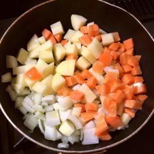 野菜を炒める|86.晩ごはんレシピ:【60分】チーズインハンバーグ/スペイン風オムレツ