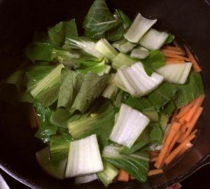 青梗菜を茹でる|89.晩ごはんレシピ:【20分】肉じゃがカレー、青梗菜と人参のナムル
