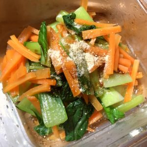 鶏がらスープを入れて和える|89.晩ごはんレシピ:【20分】肉じゃがカレー、青梗菜と人参のナムル