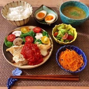 盛り付け|122.晩ごはんレシピ:【40分】白身魚のムニエル、アボカドとトマトのサラダ