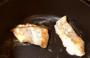 白身魚のムニエル|122.晩ごはんレシピ:【40分】白身魚のムニエル、アボカドとトマトのサラダ