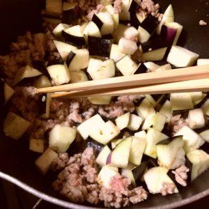 ひき肉と茄子を炒める|148.晩ごはんレシピ:【30分】もやしと豆苗の豚巻きレンジ蒸し、麻婆茄子がけ冷奴、人参ともやしのナムル