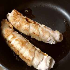 たれを絡める|142.晩ごはんレシピ:【60分】インゲンと人参の豚肉巻き、じゃがいもとソーセージのコンソメ炒め