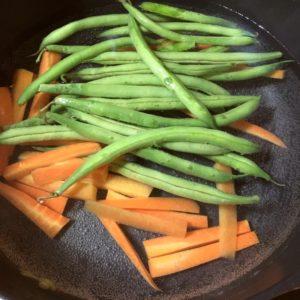 いんげんを茹でる|142.晩ごはんレシピ:【60分】インゲンと人参の豚肉巻き、じゃがいもとソーセージのコンソメ炒め