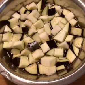 茄子を水にさらす|148.晩ごはんレシピ:【30分】もやしと豆苗の豚巻きレンジ蒸し、麻婆茄子がけ冷奴、人参ともやしのナムル