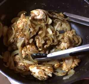 カレールーを具材になじませる|140.晩ごはんレシピ:【60分】夏野菜カレー、ポテトサラダ、いんげんの胡麻和え
