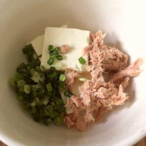 ツナとネギとクリームチーズを混ぜる|156.朝ごはんレシピ:【10分】クリームチーズとツナとねぎのカナッペ