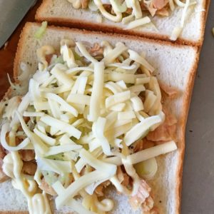 チーズをのせて焼く|171.朝ごはんレシピ:【10分】絶品ツナトースト