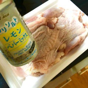 塩胡椒を刷り込む|174.晩ごはんレシピ:【20分】ガーリックレモンバターチキンソテー