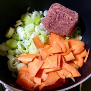コンビーフと長ネギを炒める|172.晩ごはんレシピ:【10分】コンビーフと長ネギのカレー