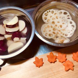 蓮根とさつまいもを水にさらす|177.晩ごはんレシピ:【30分】さつまいもとレンコンと鶏肉の炒め煮