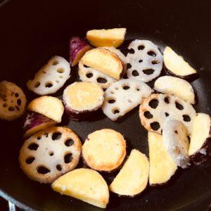 サツマイモとれんこんを揚げ焼きする|177.晩ごはんレシピ:【30分】さつまいもとレンコンと鶏肉の炒め煮