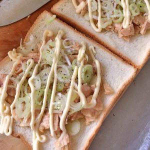 食パンにツナ缶と長ネギとマヨネーズと塩胡椒をかける|171.朝ごはんレシピ:【10分】絶品ツナトースト
