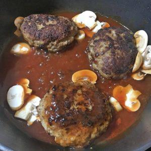 キノコとハンバーグを入れる|179.晩ごはんレシピ:【30分】きのこハンバーグ